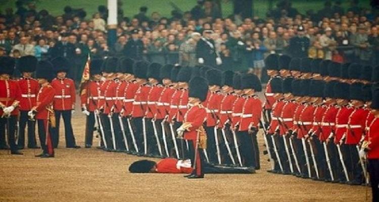 حادثة غريبة لجندي ملقى على الارض و لم يلتفت إليه أحد
