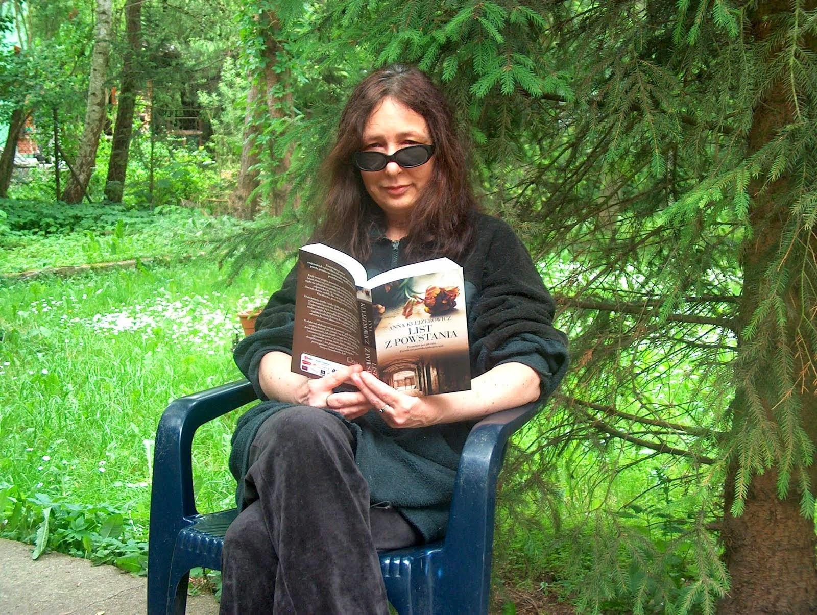 """'LIST Z POWSTANIA"""" i autorka, pisarka Anna Klejzerowicz"""