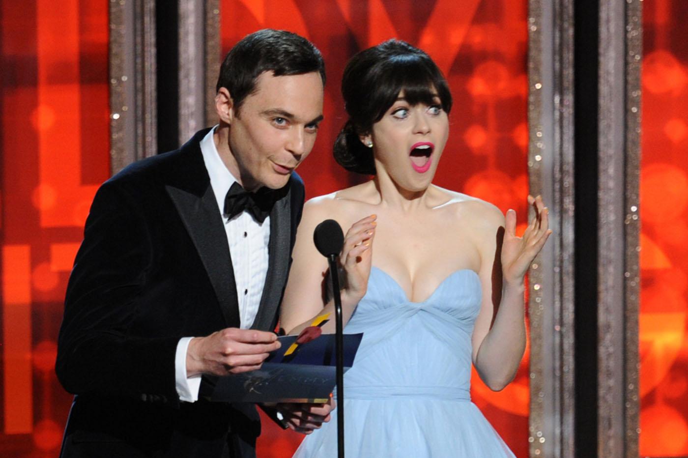 http://2.bp.blogspot.com/-hxG3R-xnE58/UGA-ookSwOI/AAAAAAAAKAI/wX7OESl4Z2k/s1600/zooey-deschanel-2012-emmy-awards-red-carpet-09232012-05.jpg