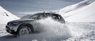 Autó a téli utakon.