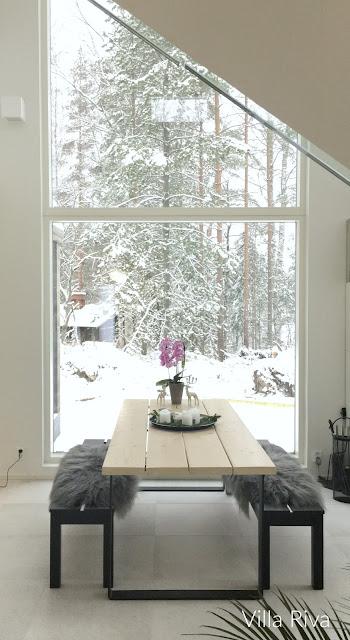 Ruokapöytä, taljat, penkit, suuri ikkuna