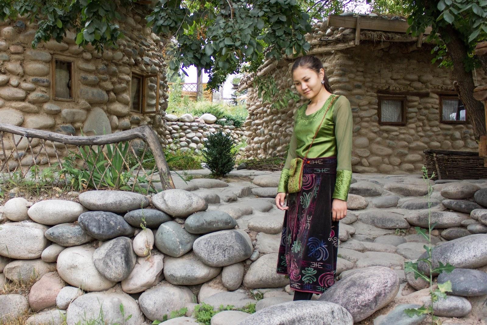 Бишкек, Супара, Девушка в кыргызском наряде