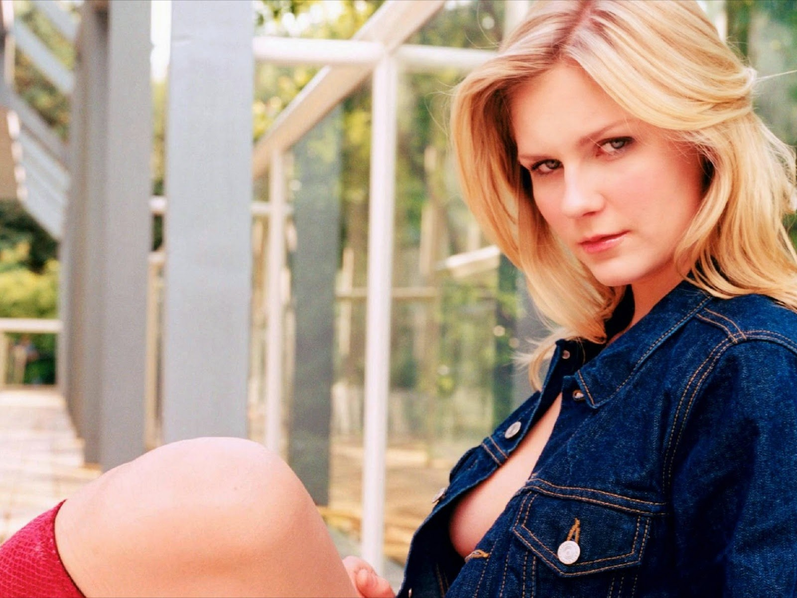 Kirsten Dunst In Jeans Cloth Sexy Wallpaper