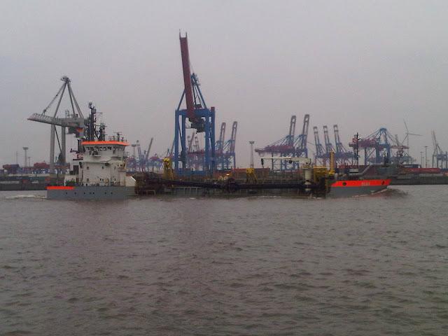 Kräne und Versorgungsschiff im Hamburger Hafen