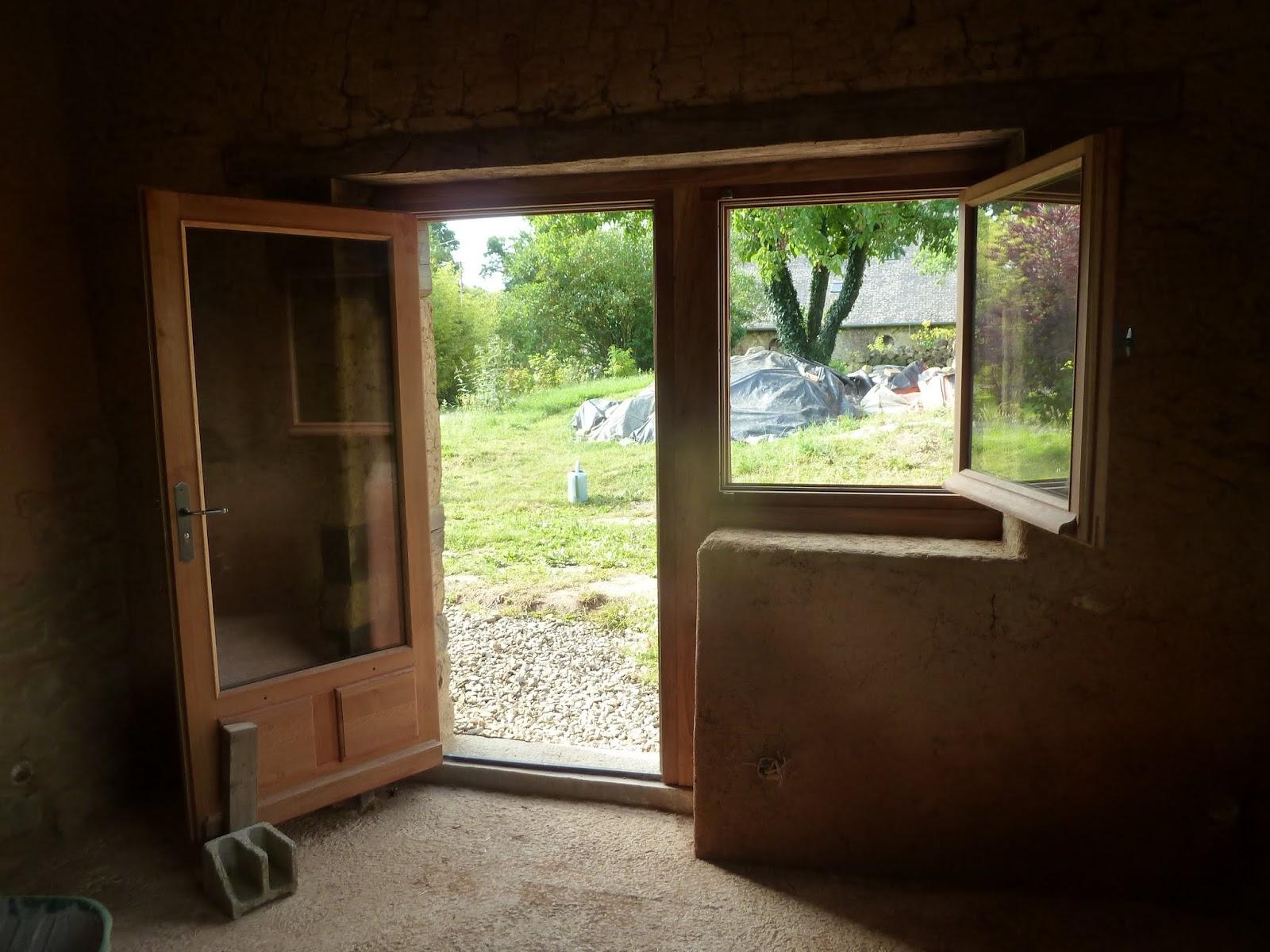 Surprise de taille la semaine suivante pose des portes et des fenêtres alors là pas de doute cest une maison