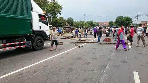 Dicuekin Menteri Susi, Nelayan Juwana Blokir Jalan Pantura