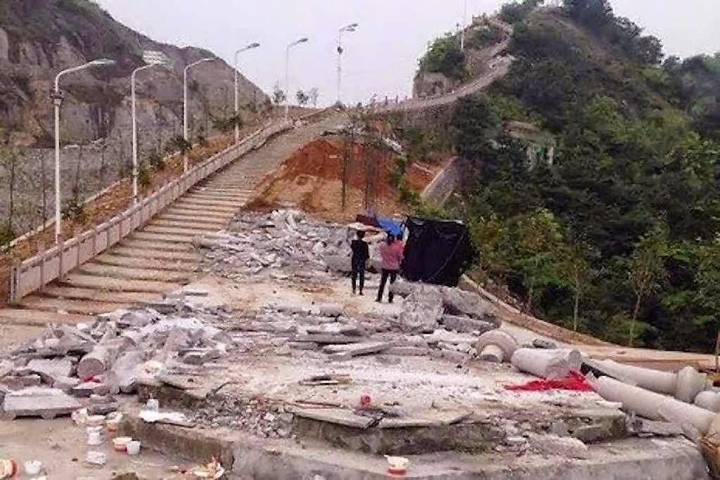 Via Sacra demolida em Longgang