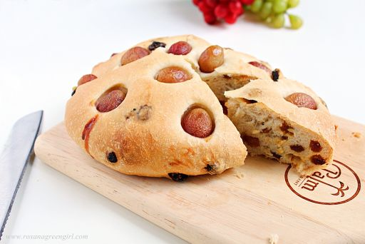 Grape and raisin flatbread | Roxanashomebaking.com