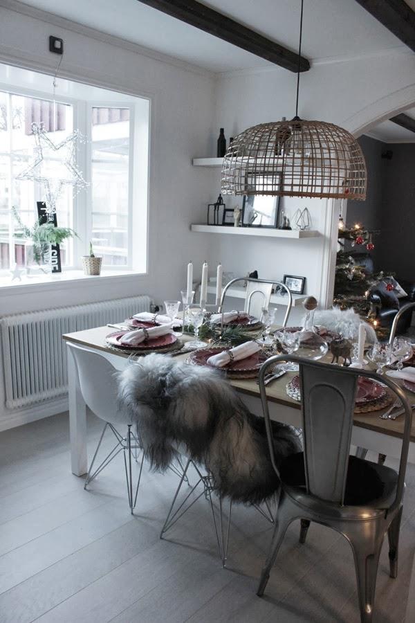 juldukning 2013, inspiration dukning, matsalen, vitt och rött, trärena detaljer i dukning, duka med granar och kottar som dekoration, fårskinn på stol, jul, vinter 2013