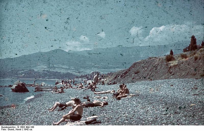 Немецкие солдаты на пляже в Крыму