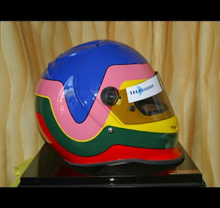 Il look multicolore del casco di Jacques Villeneuve