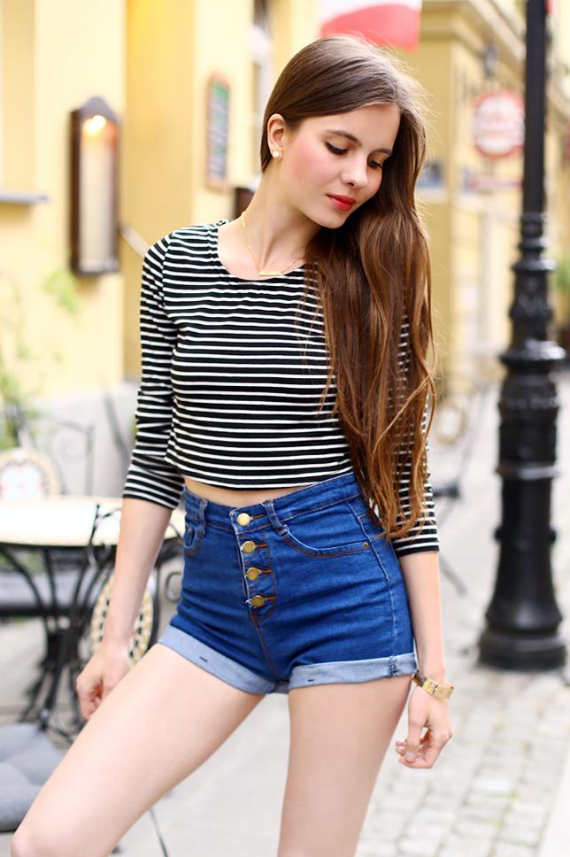 czarno-biała bluzka w paski jeansowe szorty z wysokim stanem stylizacja