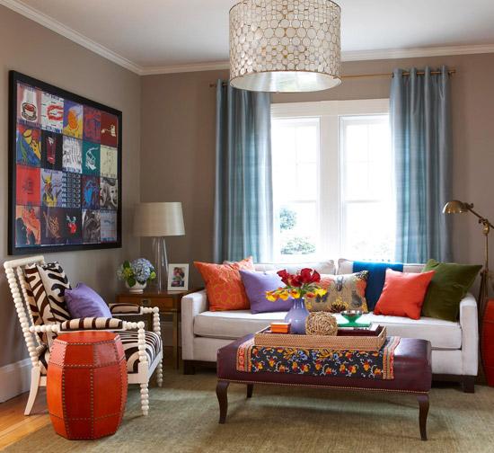 Decoração de sala pequena em tons quentes com um sofá de 3 lugares e uma poltrona.