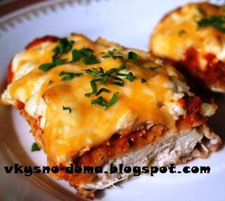 Курица в панировке под томатным соусом и сыром