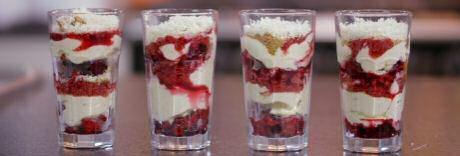 Snel tiramisu recept in glaasjes van Jeroen Meus uit Dagelijkse kost met diepvriesfruit, mascarpone, eieren, witte chocolade en verkruimelde koekjes