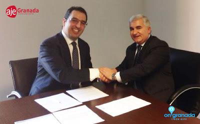 Melesio Peña, presidente de la  Asociación de Jóvenes Empresarios de Granada firmando el convenio de colaboración con Vito, presidente de onGranada Tech City