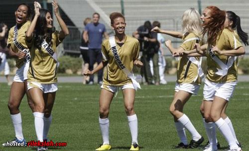 Gambar Ratu Cantik Dunia 2011 Main Bola Sepak