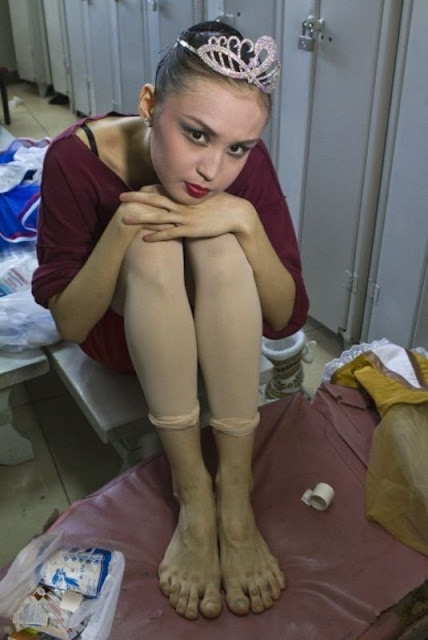 http://2.bp.blogspot.com/-i0nhjlwaUq8/T9cDb8u6KSI/AAAAAAABHUM/qF0u7ZzP9wM/s1600/the_feet_of_professional_ballet_dancer_640_high_01.jpg