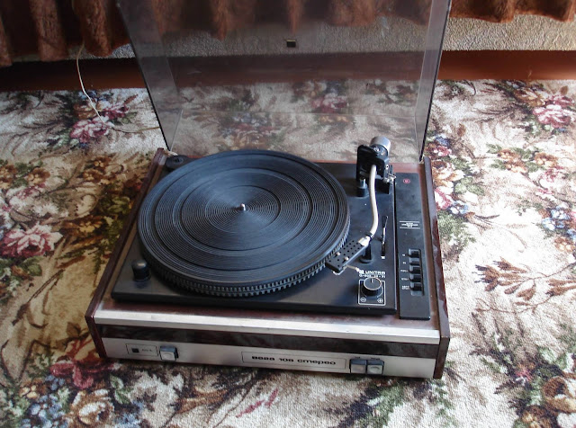 VEGA-106 (UNITRA G602) belt drive turntable.