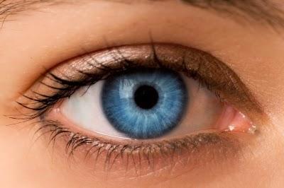 10 علاجات منزلية سهلة للعيون المنتفخة