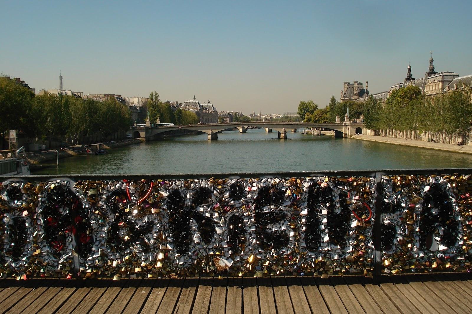 Cadenas d 39 amour et petit refuge vert sur la seine love padlocks and a l - Pont des cadenas paris adresse ...