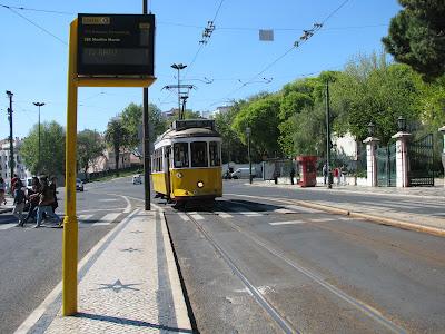 Tranvía 28 llegando a parada