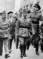 Burgos 16-8-1936.El general Mola (dcha), vitorea al general Franco durante su primera visita a Burgos, acompañado de los generales Cavalcanti y del coronel Francisco Franco Salgado-Araujo.