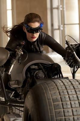 anne hathaway la mujer gato de batman en una moto muy sexy