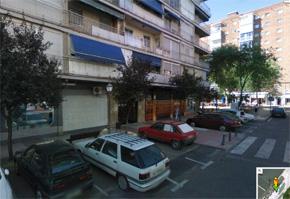 De compras por la noche en el barrio de San José Valderas de Alcorcón, al otro lado de la Avenida Lisboa donde se sitúan el Hipercor y la Renfe