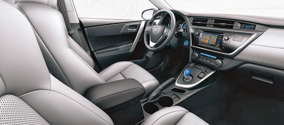 Toyota Auris Hybrid Touring Sports conductor feliz