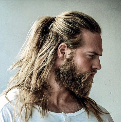 model rambut gondrong sebahu yang diikat