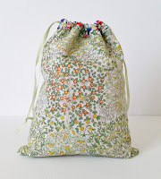 http://www.madforfabric.com/2015/07/02/reversible-drawstring-bag-tutorial/