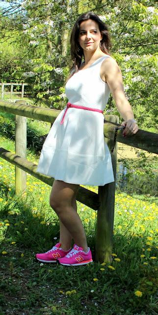 robe résille blanche suncoo, nex balance rose fluo, veste en jean levis