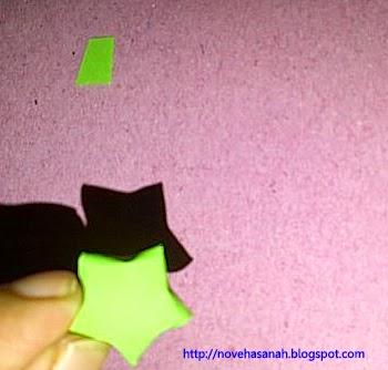 langkah ke 8 bentuk segilima ditekan pada setiap sisi-sisinya sehingga terbentuk bintang berukuran kecil yang cantik