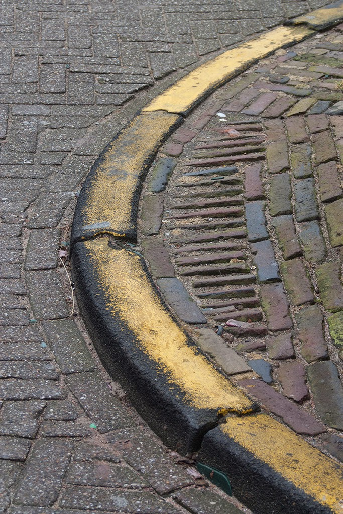 round yellow street curb