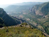 Baixant pel Serrat de l'Onyó amb la Vall de Sant Miquel al fons