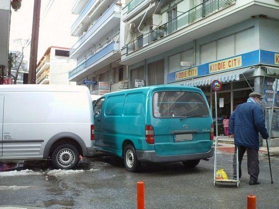 Οι πεζοί κινδυνεύουν για να παρκάρουν στις στροφές τα αυτοκίνητα