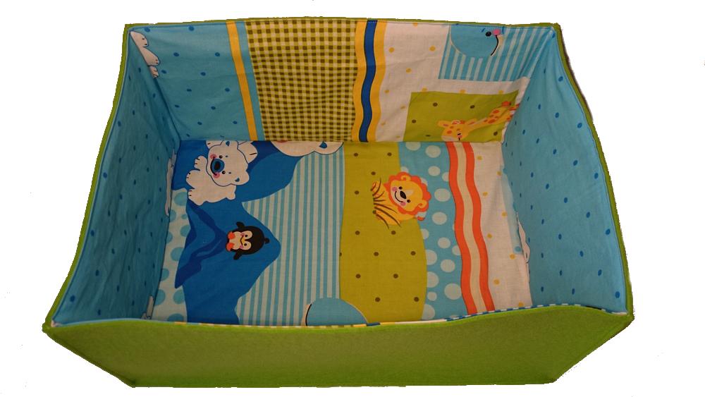 Przedstawiamy pomysł na prezent dla maluszka i jest to podusia z kocykiem/kołderką w pudełku filcowym, który można wykorzystać na zabawki lub pieluszki i akcesoria dla dziecka.   Poduszka jest nie za gruba, uszyta z kolorowej bawełny, wypełniona włókniną silikonową. Kołderka również wykonana jest z kolorowej bawełny, grubego polaru w turkusowym kolorze i wypełniona włókniną silikonową.   Włóknika silikonowa wykorzystana do uszycia całego zestawu jest bardzo miękka, puszysta i przez długi czas zachowuje sprężystość. Wypełniacz posiada również właściwości antyalergiczne, jest przewiewna, nie chłonie wilgoci i jest bezwonna.   WYMIARY:  podusia - 48 x 35 kocyk/kołderka - 80 x 100