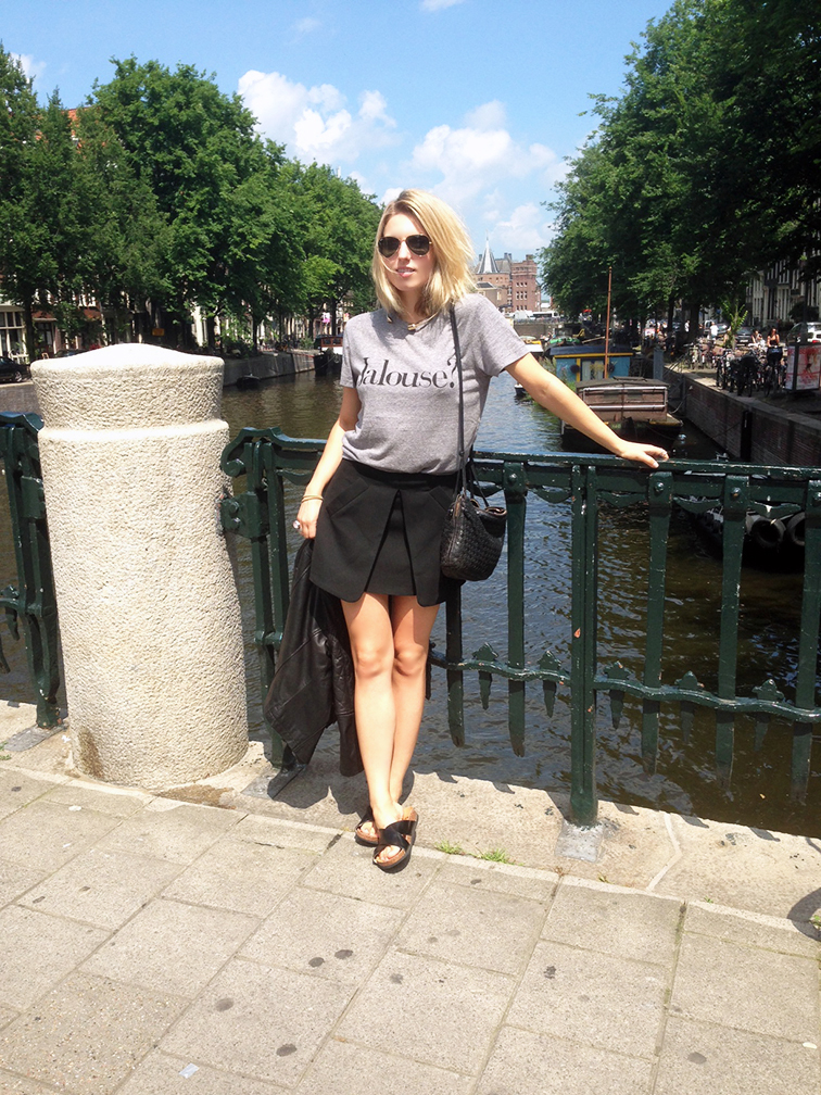 Hanging out in Amsterdam, summertime, Ray-Ban aviator green/gold sunglasses, Chrldr jalouse grey t-shirt, Zara fold-over skirt, h&m cork slide sandals, Bottega Veneta leatherintrecciato bag, summer style, summer chic, tourist, Amsterdam canal