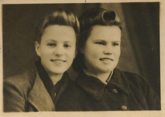 """Żołnierz NSZ/AK ps. """"Feluś"""" – Stefania Firkowska (1925-1946) - po prawej. Podpis na odwrocie fotografii; Końskie 3.11.1942 r. Fot. z kolekcji rodzinnej Ryszarda Cichońskiego."""