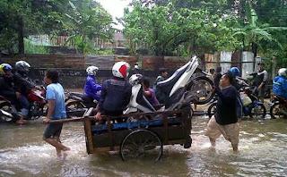 gerobak jadi angkot banjir