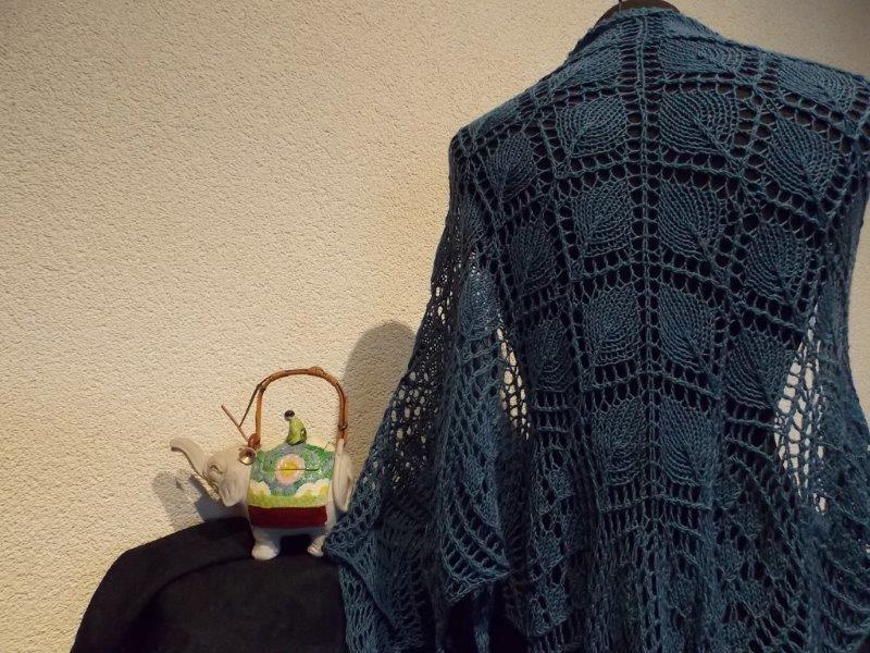 TE KOOP, Spijker jeanskleurige shawl.