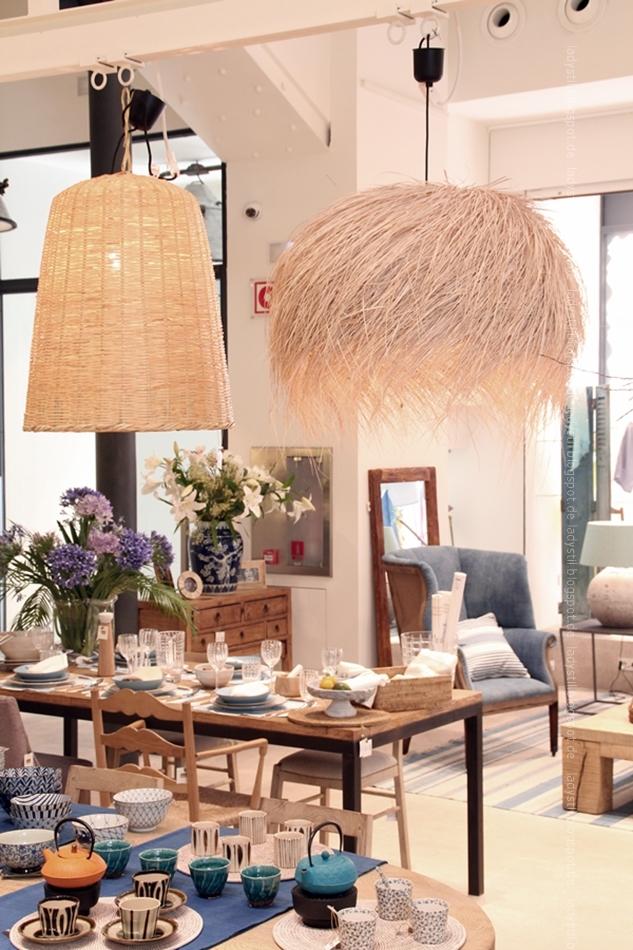 Blick ins Rialto Living mit Korblampen und gedecktem Tisch mit Wohnaccessoires