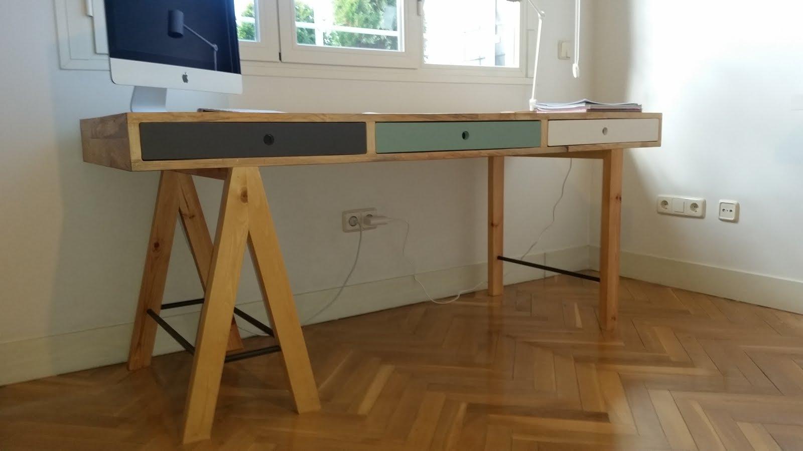 De un arbol mesa estudio for Como reciclar un escritorio de madera