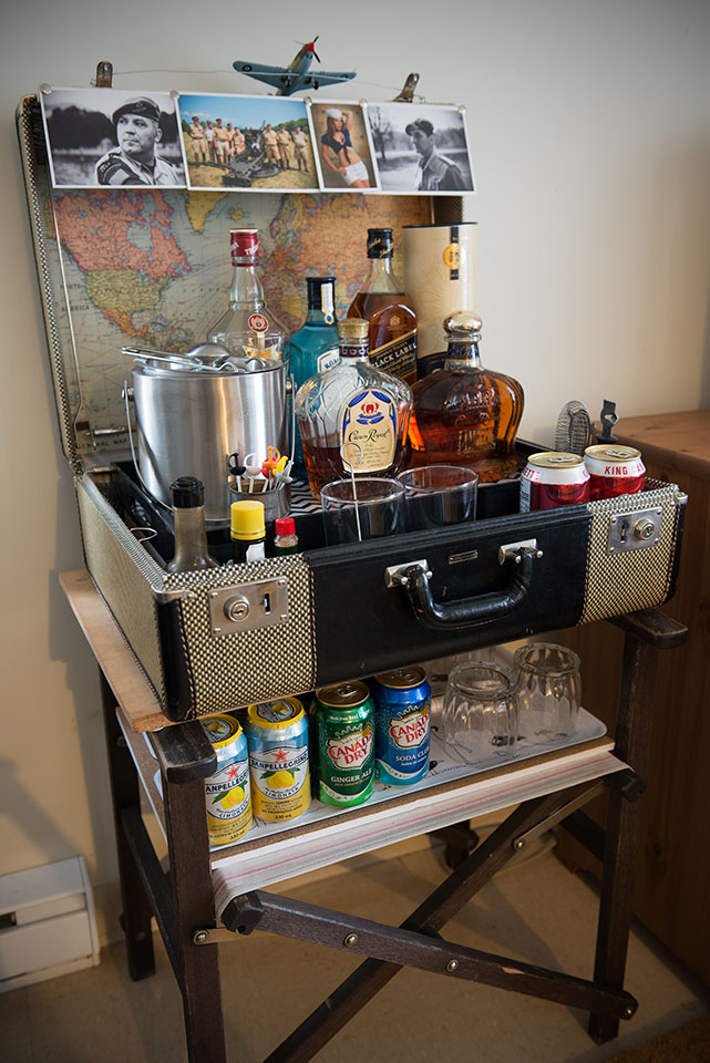 anything retro mini bar in a vintage suitcase. Black Bedroom Furniture Sets. Home Design Ideas