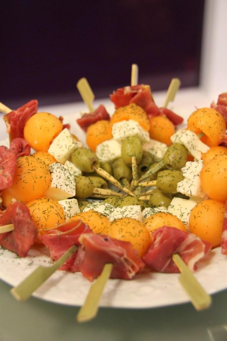 Philo aux fourneaux brochettes de melon olive verte jambon de pays mozzarella - Melon jambon cru presentation ...