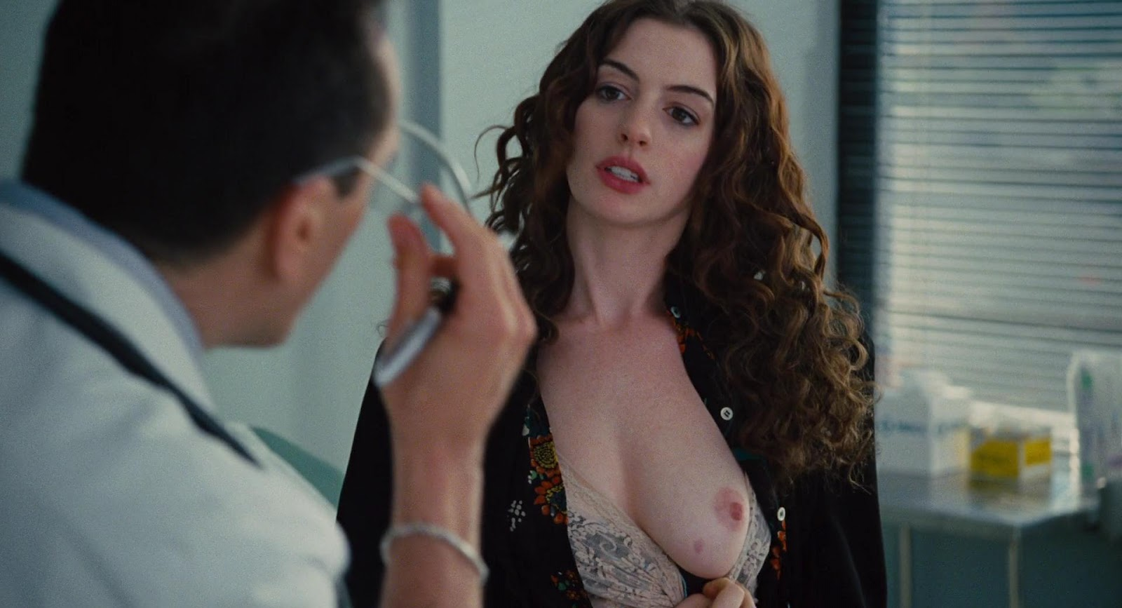 http://2.bp.blogspot.com/-iA9z5f7CUYE/UDSQsrlJxjI/AAAAAAAACHs/0oFyqCDOttg/s1600/Anne+Hathaway+-+Love+and+Other+Drugs++1080p01.jpg