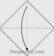 Bước 2: Gấp tờ giấy theo chiều từ trên xuống dưới.