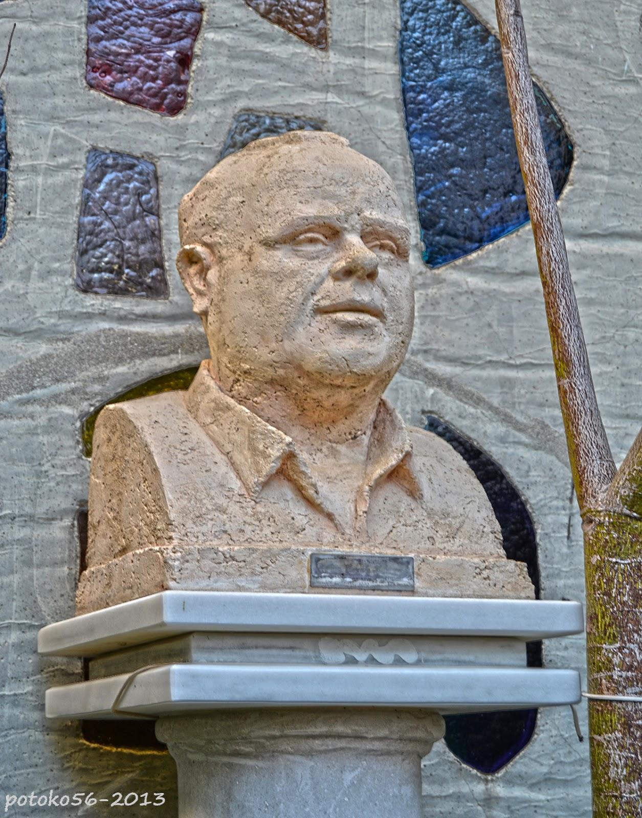 Busto del Padre Juanito en el patio de su Parroquia Rota
