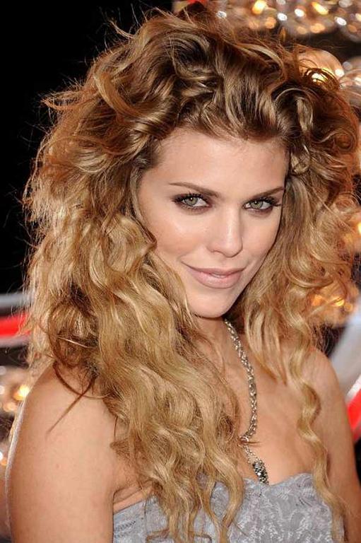 15 formas de llevar el pelo rizado Vogue - Peinados Para Rizos Largos